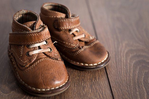 Kinderschoenen poetsen