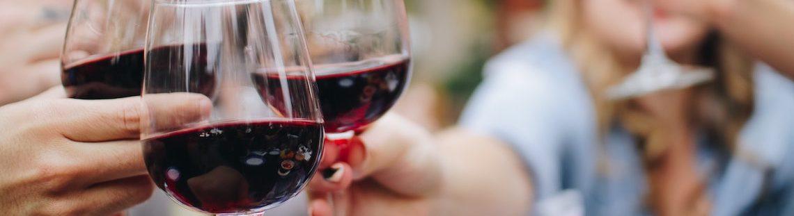 Zo krijg je vlekken van rode wijn weg