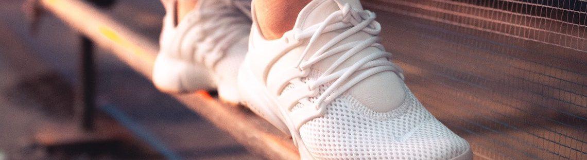 Hoe krijg je witte sneakers proper?